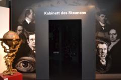 Eingang in das Kabinett des Staunens, in dem wissenschaftliche Instrumente, Raritäten und Skurilitäten dargestellt werden © R. Gschwendtner 2012