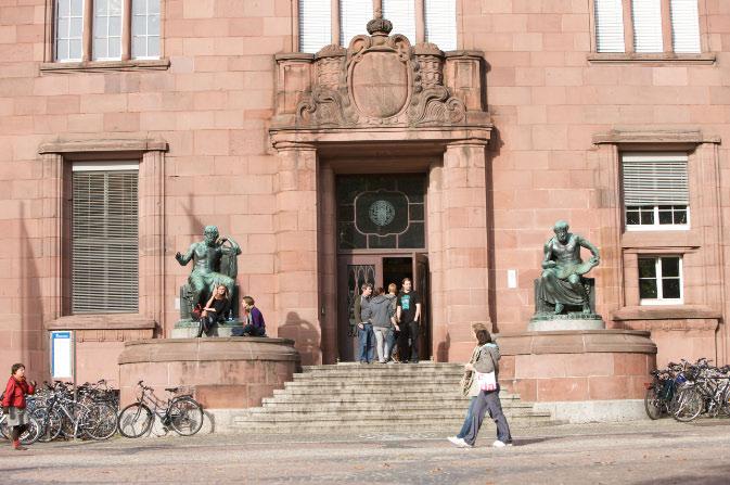 Frontalansicht auf den Haupteingang des Kollegiengebäude I, eingerahmt von den Statuen Homer & Aristoteles © P. Mesenholl 2009