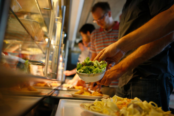 Essensausgabe in der Mensa Rempartstraße © P. Mesenholl 2009