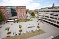 Der Platz bietet zum Entspannen und Treffen Begrünung und Sitzplätze... © R. Gschwendtner 2011