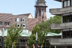 Innenhof der Universität. Im Hintergrund der Turm des Freiburger Münsters © R. Gschwendtner 2011