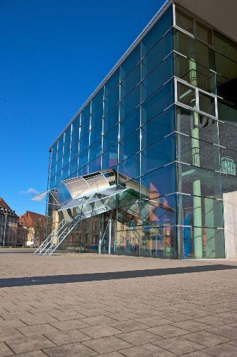 """""""Jump and Twist"""", Kunstwerk vor Gebäude 101 von Dennis Oppenheim © P. Mesenholl 2009"""