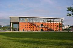 Dekanatsgebäude mit großen Hörsälen und der Bibliothek © P. Mesenholl 2009