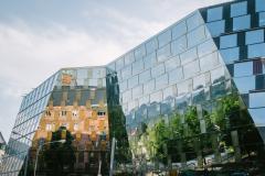 Das KG1 spiegelt sich in der gläsernen Fassade der UB© Sandra Meyndt 2015